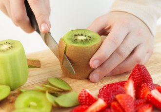 Thinkstockphotos 79711750 Removing The Skin Of A Kiwi Fruit
