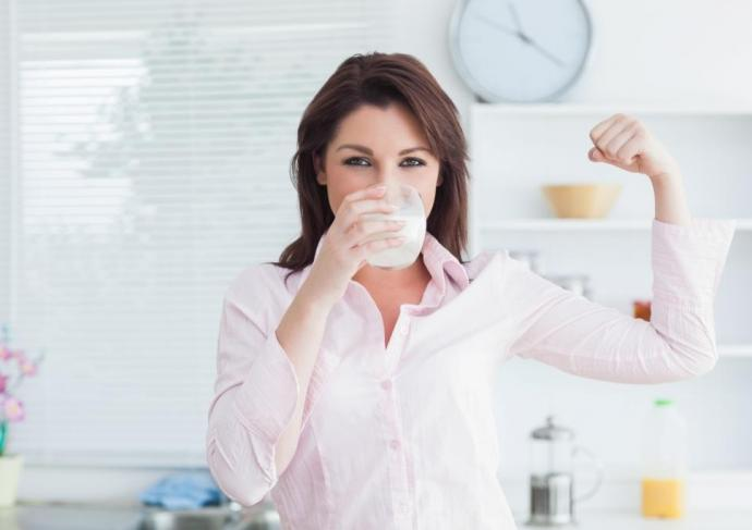Thinkstockphotos 160941641 Woman Drinking Milk