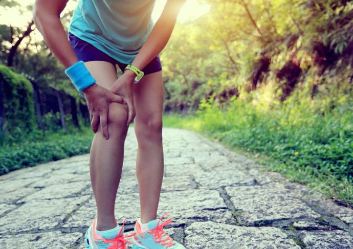 Thinkstockphotos 481917502 Woman Runner Holding Injured Knee