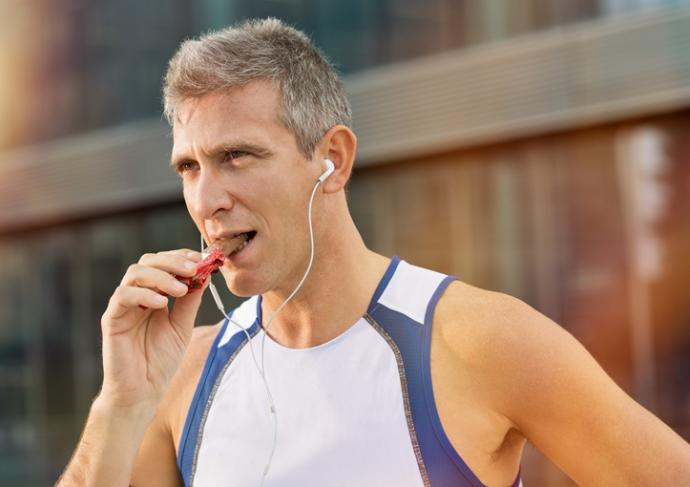 Thinkstockphotos 526811073 Fitness Man Eating Snack Food