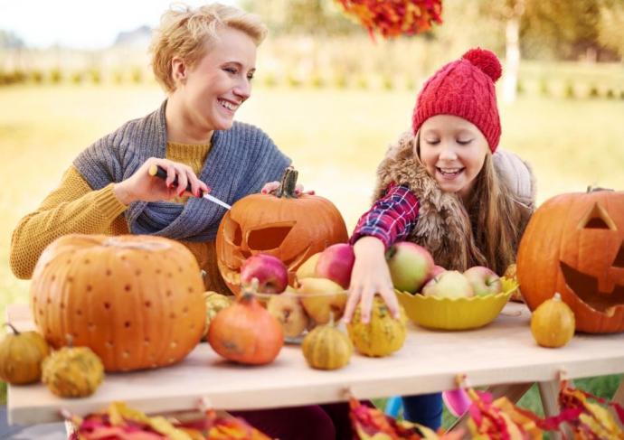Thinkstockphotos 543581884 Woman And Girl Pumpkins