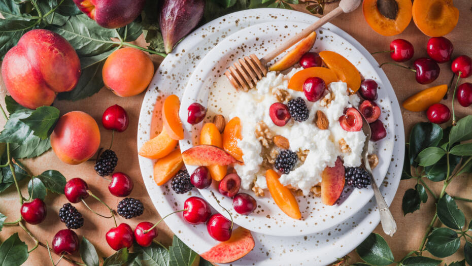 Cottage cheese with fruit and honey