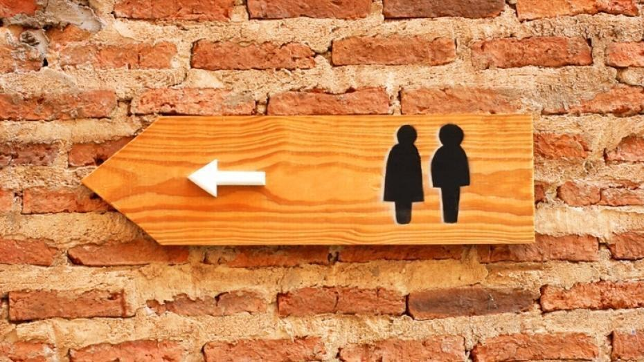 Sign pointing to the bathroom