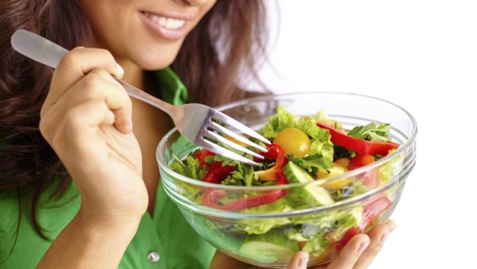 Thinkstockphotos 467710207 Woman Eating Salad