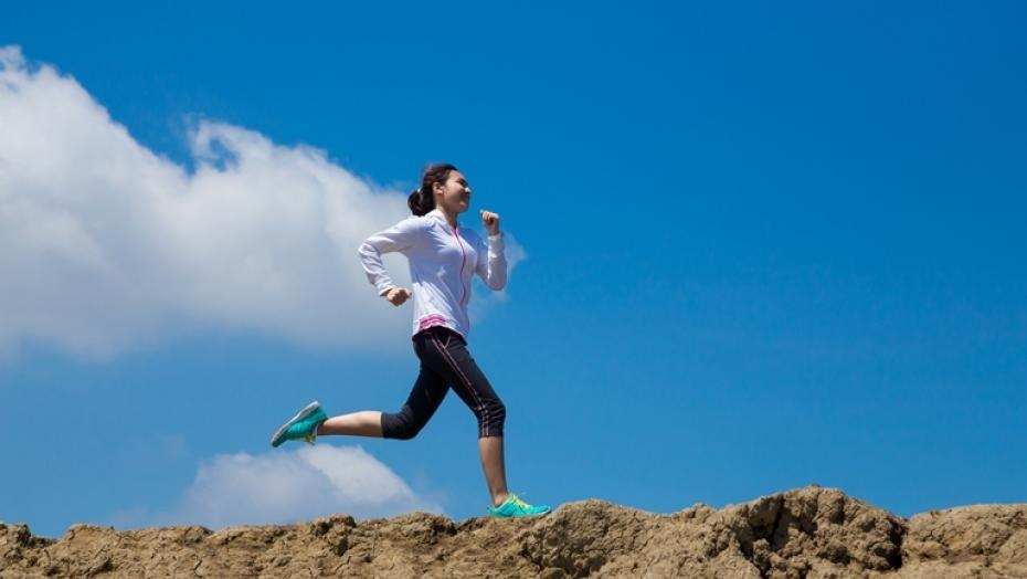 Thinkstockphotos 488357086 Young Woman Running On Mountain