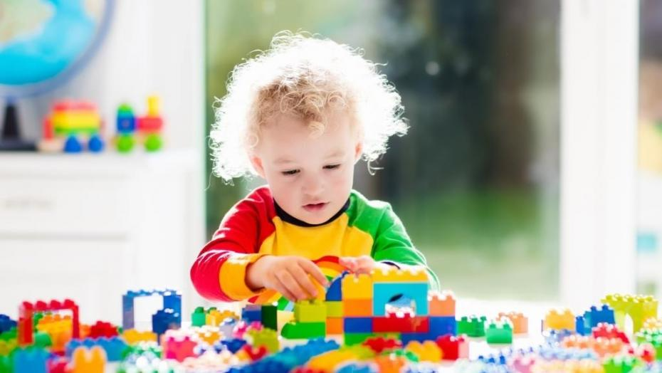 Thinkstockphotos 524529194 Boy Playing With Blocks