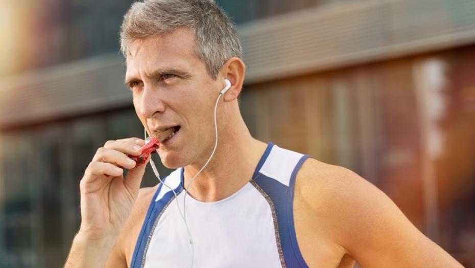 Thinkstockphotos 526811073 Fitness Man Eating Snack Food