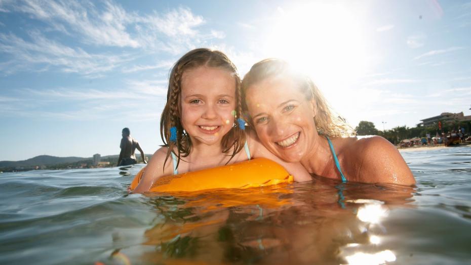 Thinkstockphotos 73271775 Summer Swimming Mom Daughter
