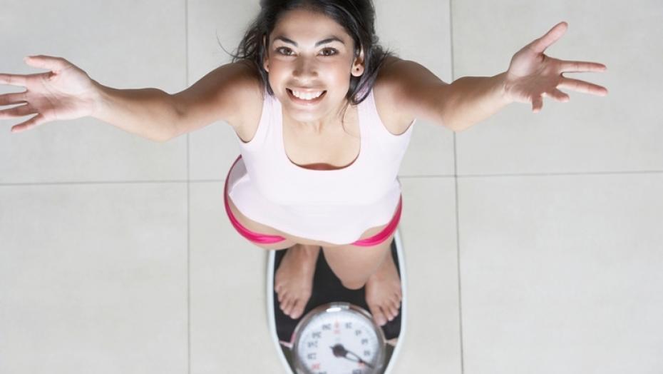 Thinkstockphotos 78618313 Woman Weighing Herself